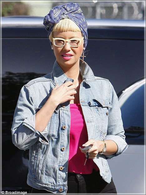 Amber-Rose-In-Blond-Wig-2