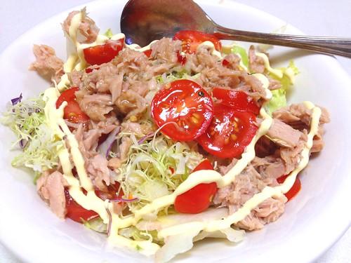 作ったチリソースを、生野菜とシーチキンののった冷や飯にかける !冷や飯