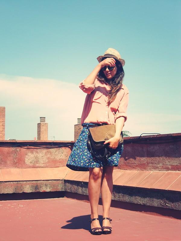 Falda estampada y sombrero