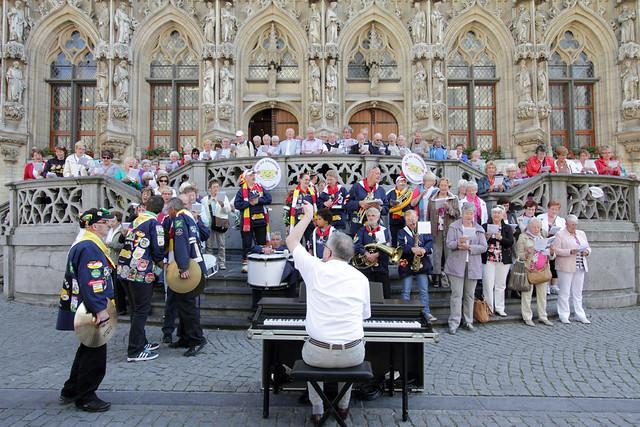 Carnavalsvereniging De Krabkes op de pui van het stadshuis