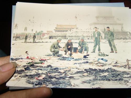 一九八九年的六月五号的天安门广场一片狼藉,除了战士,也许没有人知道这里几个小时前发生了什么。