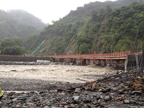 連日大雨夾雜泥流對原鄉交通造成重大衝擊(桃源區撒拉阿塢便橋)。(公共工程委員會 提供)