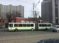 Bus sur la route dans le quartier de Sokolniki