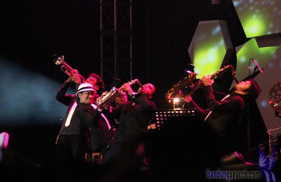 Java-Jazz-Festival-2012-Trio-Lestari-(Sandhy-Sandoro,Glen-Fredly,Tompi)-(2)