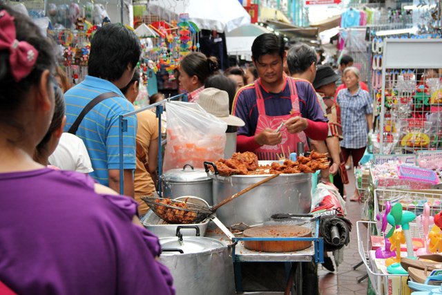 7157463326 9bb48f009b o The 6 Most Popular Shopping Markets in Bangkok