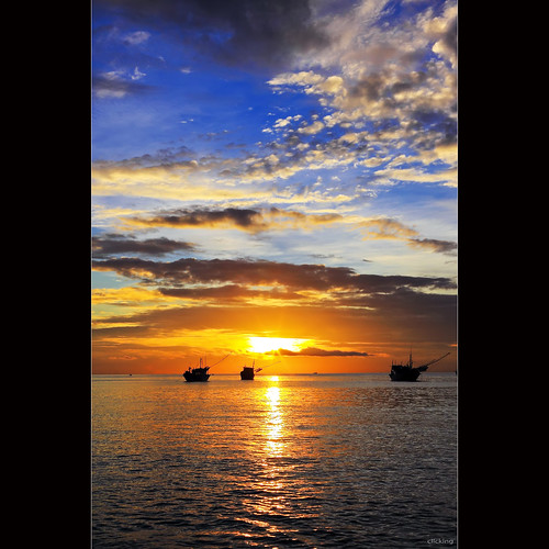 ocean sea sun sunlight seascape reflection water sunshine clouds sunrise skyscape landscape boats dawn waves cloudy vietnam sparkle goldenhour supershot phanthiết colorphotoaward bìnhminh kêgà vietnameselandscape coth5
