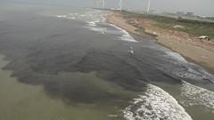 20120512,民眾空拍到觀音海岸染黑。