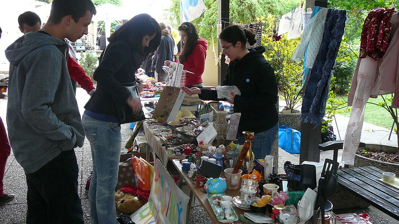 Obchodování u Dobročinného bazárku. Foto: Adéla Procházková