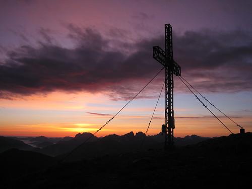 """sun mountain berg clouds sunrise canon dawn austria is österreich am cross wolken ixus summit sumit sonne stein sonnenaufgang manfrotto mandl morgenrot gipfelkreuz gipfel 960 rottenmann """"stein mandl"""""""