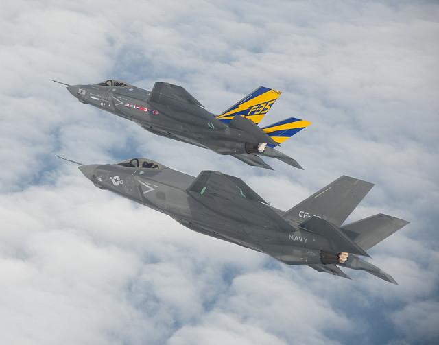 Μαχητικά αέροσκάφη F-35C πετούν σε σχηματισμό (Φωτογραφία: US Navy)