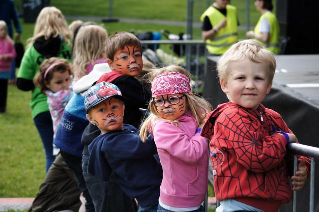 Barna venter på Pippi på Miniøya 2012.