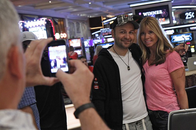 0291 Daniel Negreanu and fan Leah Gwozdecki