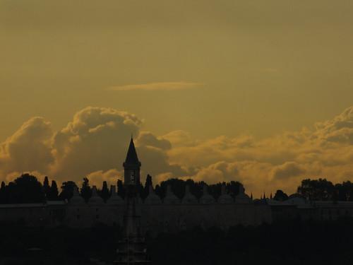 A Topkapı Palota jellegzetes tornya jól kirajzolódik a naplementében