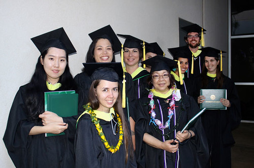 <p>UH Manoa students receive their master's of library and information science</p>