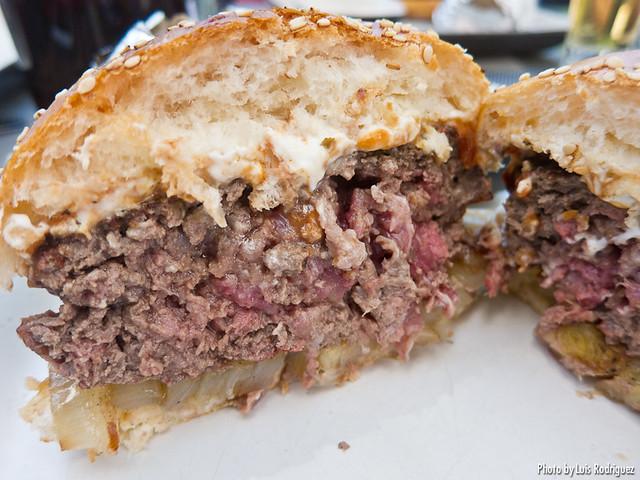 Hamburguesa con queso Philadelphia y cebolla al carbón (Gobu Burger)