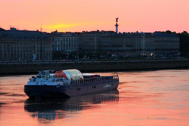 Avec son fuselage arrière et son empennage horizontale, la barge Brion attend la marée la plus basse possible pour franchir le Pont de Pierre -  mai 2012 - ©www.BordeauxPaquebots.com