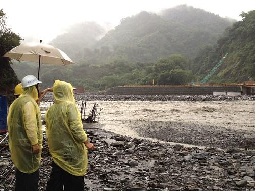 桃源區撒拉阿塢便橋引道遭洪流沖毀,導致勤和以上部落交通中斷。(公共工程委員會 提供)