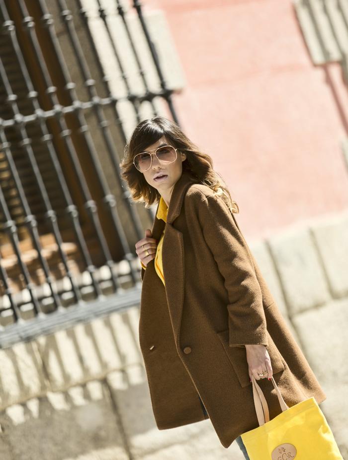 street style barbara crespo yellow dipped hem blouse sheinside sheinsider coat fashion blogger outfit blog de moda