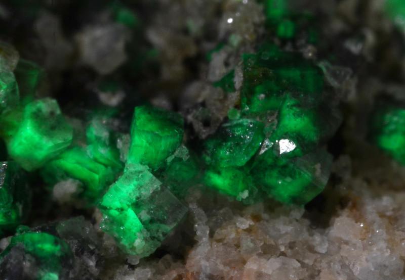珪亜鉛鉱 / Willemite