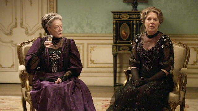 DowntonAbbeyS01E_VioletMrsCrawely_eveningown_purpleblack