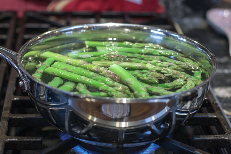 Fresh asparagus blanching for a minute