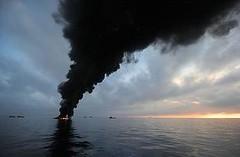 美國海岸防衛隊點火以控制墨西哥灣的漏油,燃燒產生的煙霧佈滿天際。(Justin Stumberg 攝影/美國海軍提供)