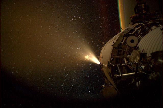 ATV aangekoppeld. Hier te zien hoe ISS en ATV verderop hun raketmotoren gebruiken in een toenaderings dans.