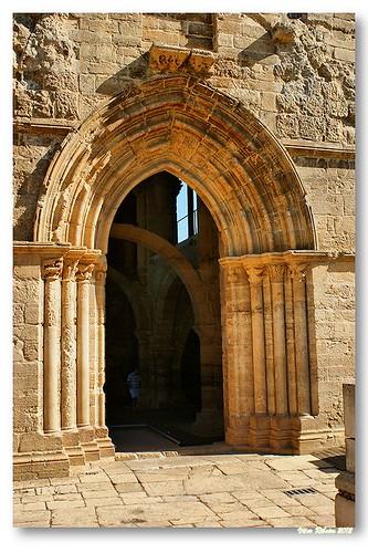 Portal lateral de Santa Clara-a-Velha by VRfoto