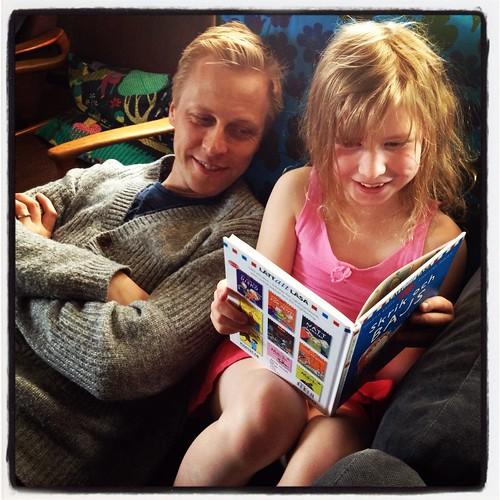 Klara läser Skrik och bajs för Matti