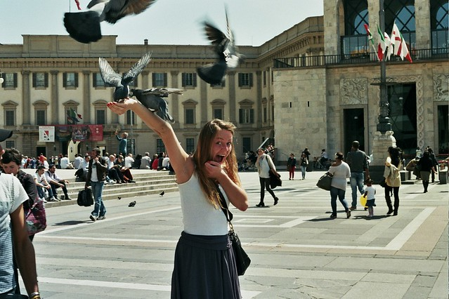 milan, italy, trip, travel, fun, city, streets, emotions, feelings, short stay, 35mm film, Fujifilm 400, girl, pigeons, feeding pigeons, hand, birds, animals, happy, fun, scared , facial expression