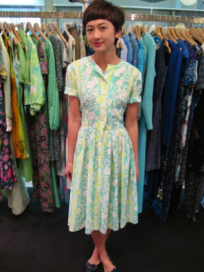 Love the shades of green on this 1960s shirt dress - quick come and grab! Size: M