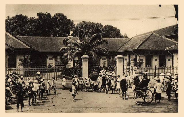 Saigon - Sortie de l'école des jeunes filles Françaises.