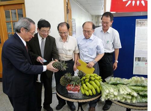 成功大學校長黃煌煇(圖左)表示,將協助推動檢驗四季蔬果,讓大家吃得健康,吃得安心 ,並且吃得快樂 圖:成大提供