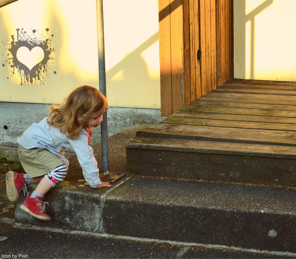 Kind spielt auf der Treppe(http://www.pusteblumenbaby.de/)