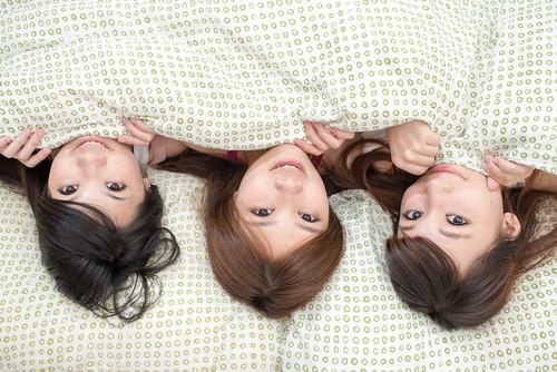 [フリー画像素材] 人物, 女性 - アジア, 女性 - 横たわる・寝転ぶ, 人物 - 三人, 台湾人 ID:201206102200