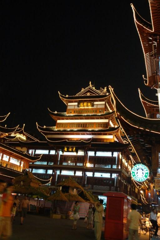 Actualmente y aunque creó controversia, en la ciudad vieja conviven historia y multinacionales como Starbucks. Shanghai, Un paseo por la Ciudad antigua - 7395965994 1af2491279 o - Shanghai, Un paseo por la Ciudad antigua