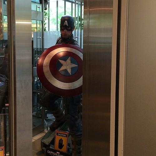 キャップ。丸ビルのアメリカン・ヒーローズ・カフェに来ました。