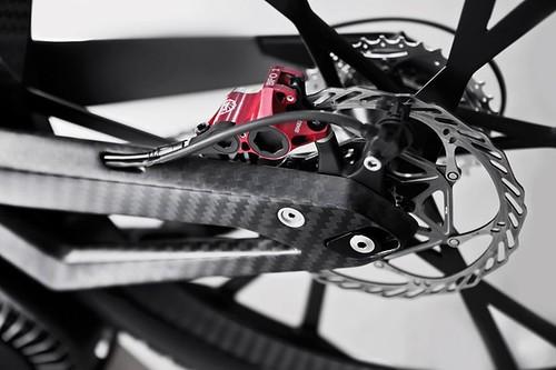 Рама и вилки колес выполнены из армированного углеродным волокном полимера (carbon fiber-reinforced polymer (CFRP))