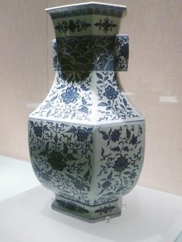Vase hexagonal bleu et blanc avec pulvérisations florales règne Qianlong, dynastie Qing 1736-1795   Art Céramique