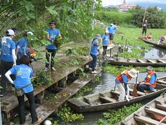 服務工作區分為打撈組、集中組及堆肥組,志工認真完成被分配的任務。