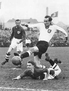 Det tyske landshold slår det danske 1-0. Målscorer Schön fra Dresden.