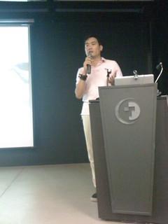 赫迅互動科技執行長 陳竑睿 (Brian Chen) 介紹活動流程與 Titanium SDK 2.0 概要