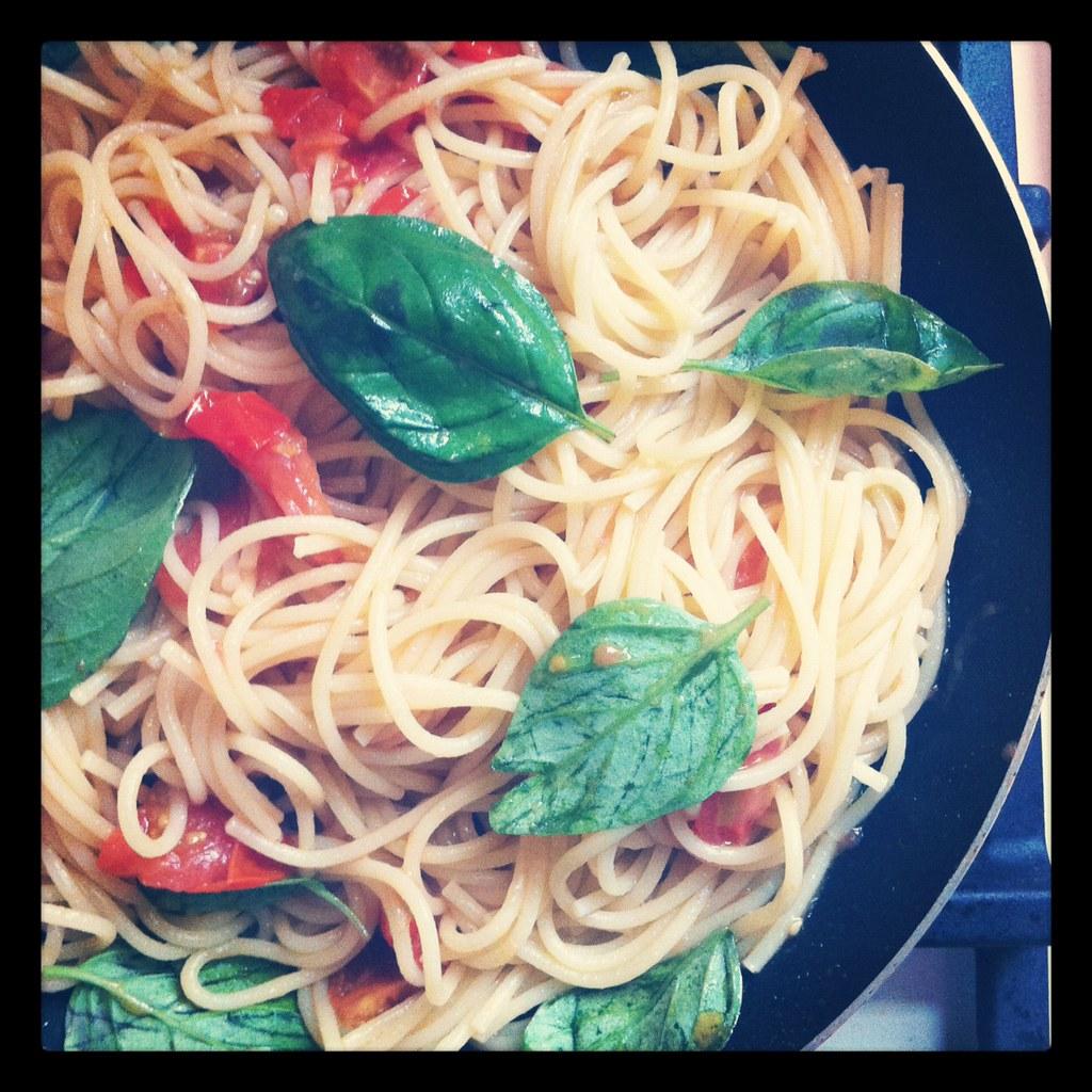 Spaghetti, pomodorini e basilico