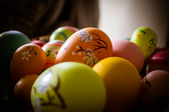 sweetness(0.0), ball(0.0), yellow(1.0), macro photography(1.0), green(1.0), food(1.0), easter egg(1.0), easter(1.0), close-up(1.0),