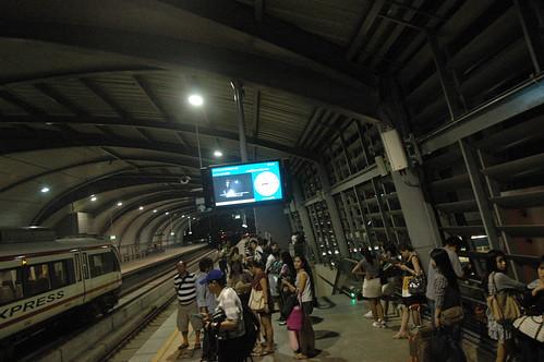列車を待つ人々