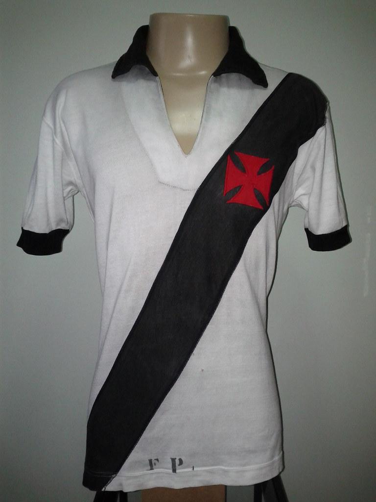 A camisa possuía basicamente o mesmo desenho já experimentado nos anos 50 e  60 6284d5e645fce