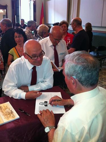 """L'Armand Beneyto signant el seu llibre """"Caramelles i Caramellaires"""""""