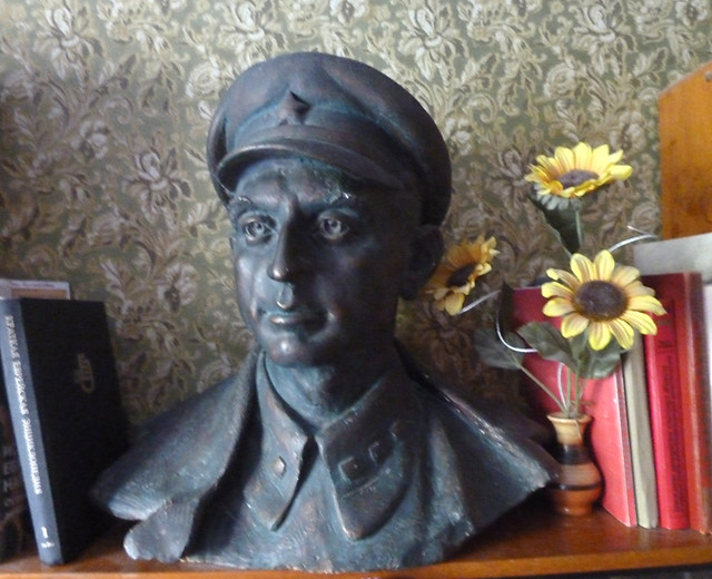 Бюст Якова Бронштейна работы друга семьи скульптора Заира Азгура, Минск