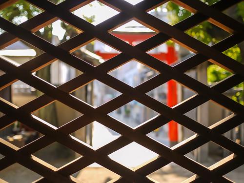 Looking through the lattice at Hakumai-inari shrine. by hyossie