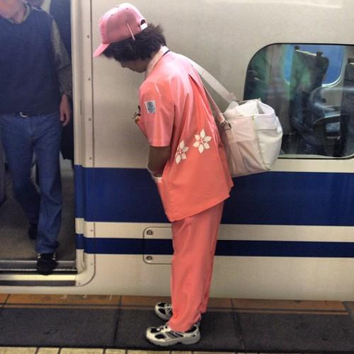 Shinkansen's cleaning lady #shinkansen #tokyo #tokio #japon #japan #tren #train